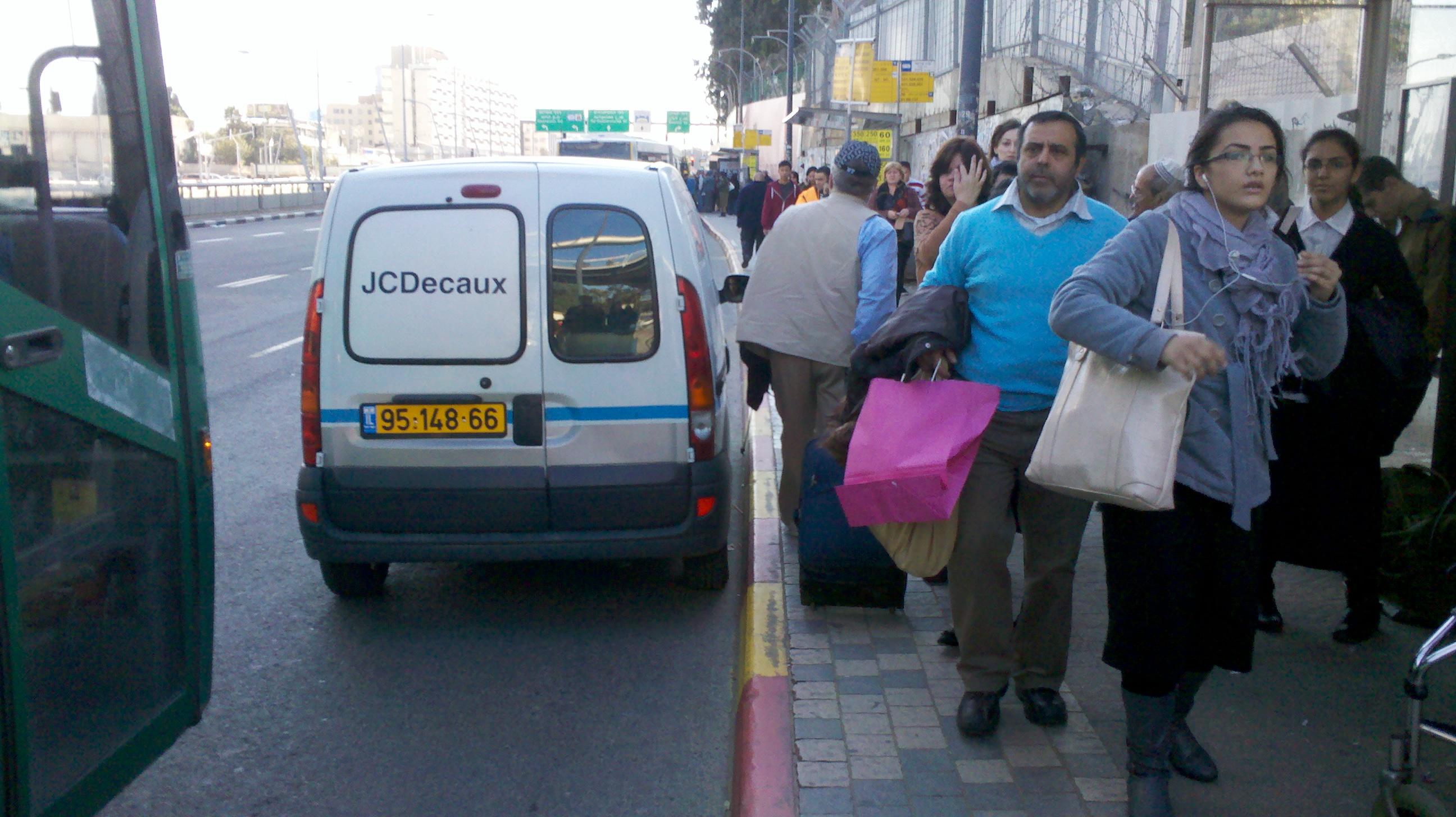 מדרכה צרה בלתי מספקת, עומס בלתי נסבל בעת ההמתנה לאוטובוס