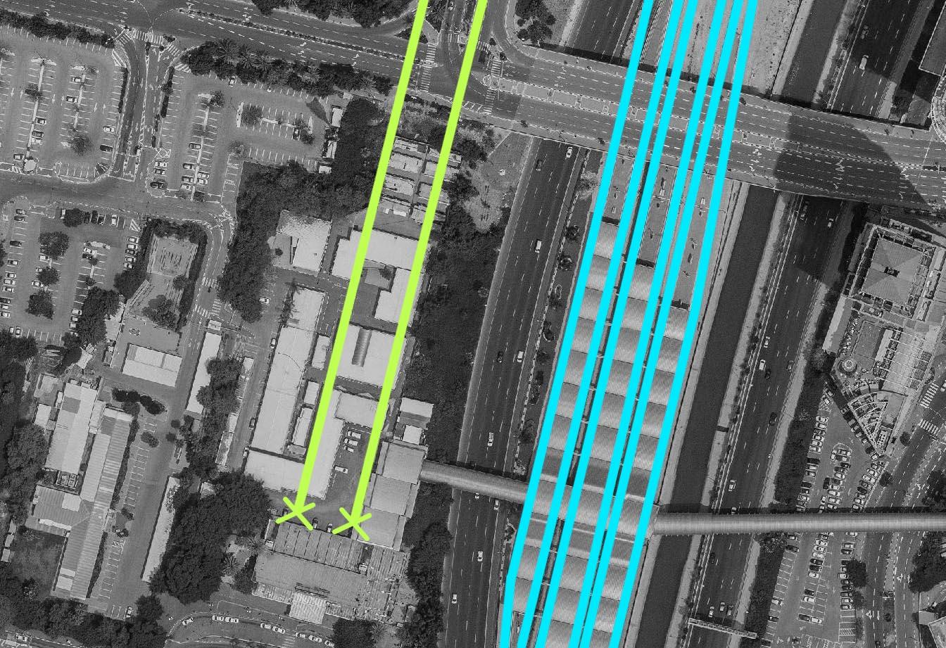 בצהוב - המסילות המקוריות שהגיעו לאולם הנוסעים והסתיימו בנקודה זו. בכחול- המסילות כיום והרציפים שהוקמו מחדש בתוואי האיילון.