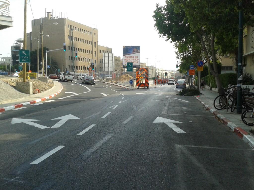 פנייה שמאלה - זהו הקישור החדש בין יהודה הלוי לרח' לבונטין ומשם אפשר לפנות ימינה ולהמשיך בחזרה לחלק הרחב של יהודה הלוי
