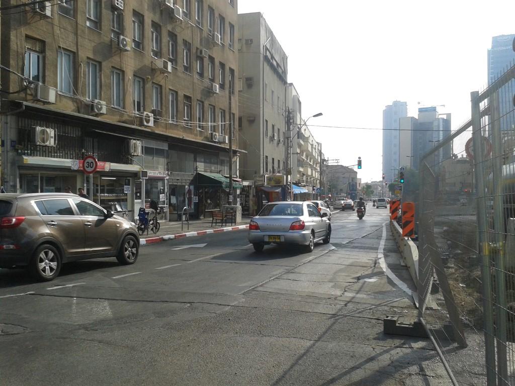 רח' מקווה ישראל, בחלק שצמוד לתחנה העתידית, השתנה כיוון התנועה.