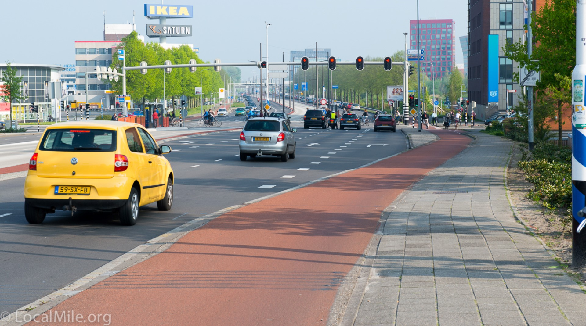 שביל אופניים על המדרכה, אדום