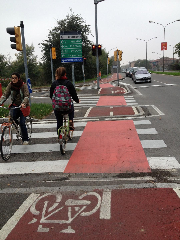 מעבר חצית אופניים צבוע בהמשך ישיר לשביל האופניים