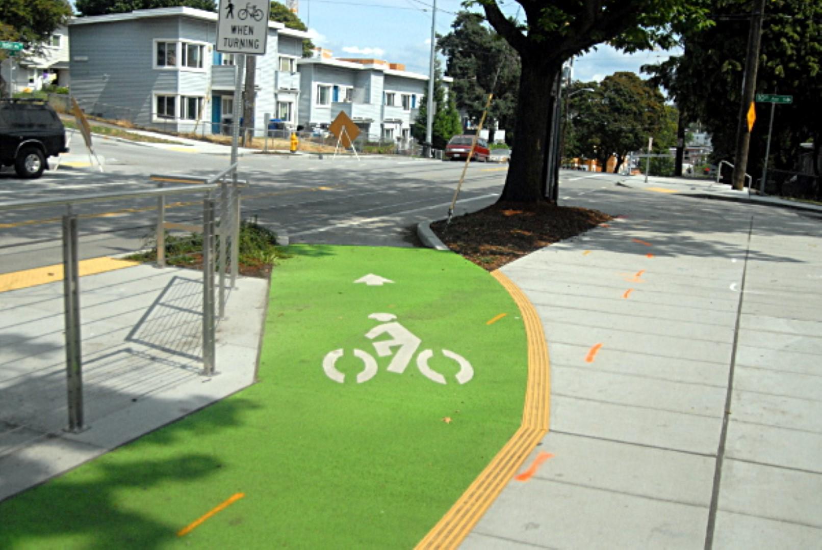 שביל אופניים על המדרכה, ירוק