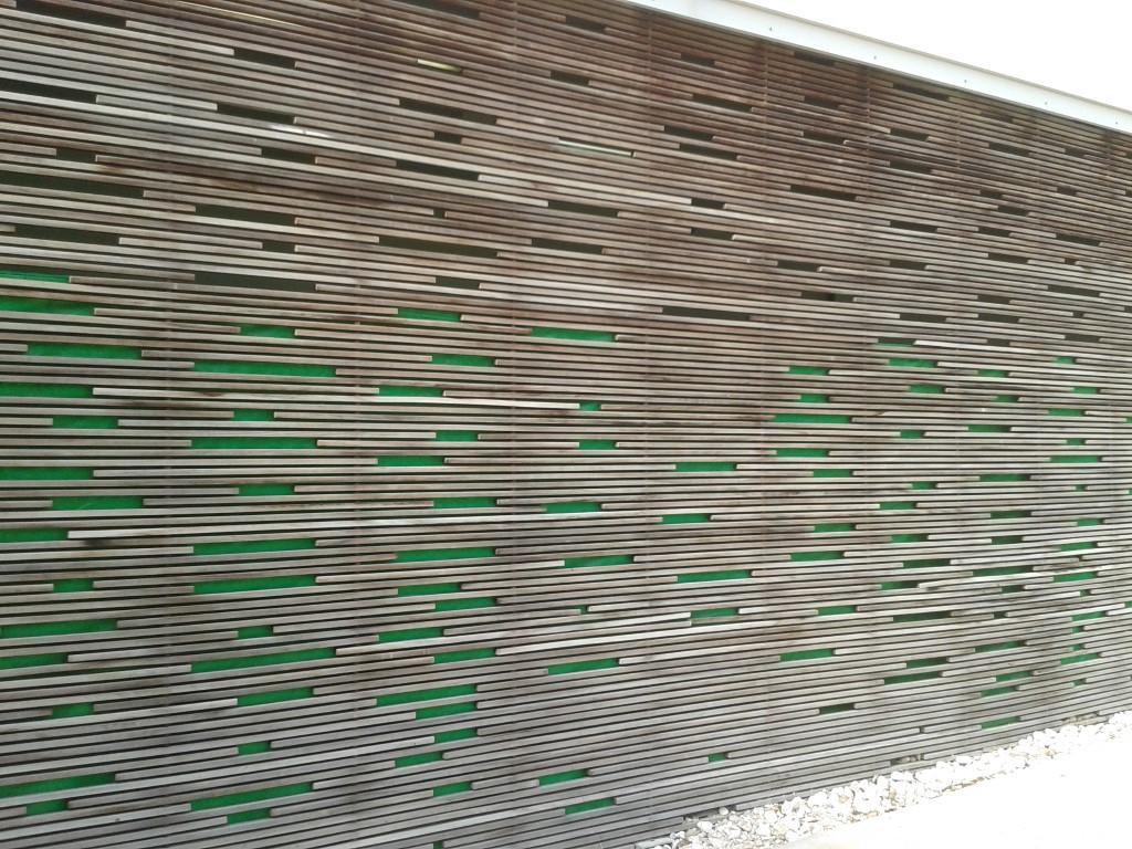 גחמה אדריכלית מכוסה בברזנט ירוק.