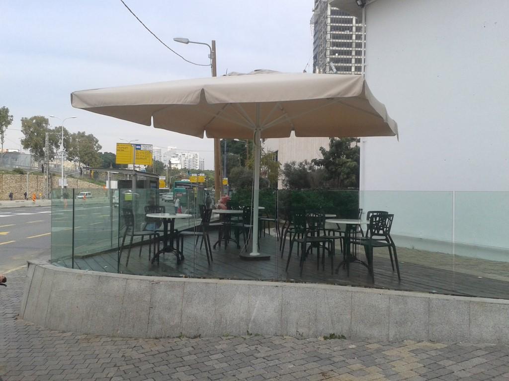 שטח שהוסב לא מזמן לאיזור ישיבה של בית קפה. הקיר האילם שנראה בתמונה עדיין צורם.