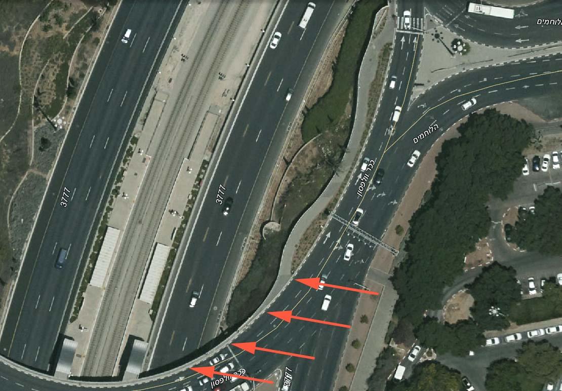 שימו לב לאיזור החיצים: המדרכה הופכת צרה לפתע ללא כל הסבר. רוחב של מדרכת מילוט בחירום.