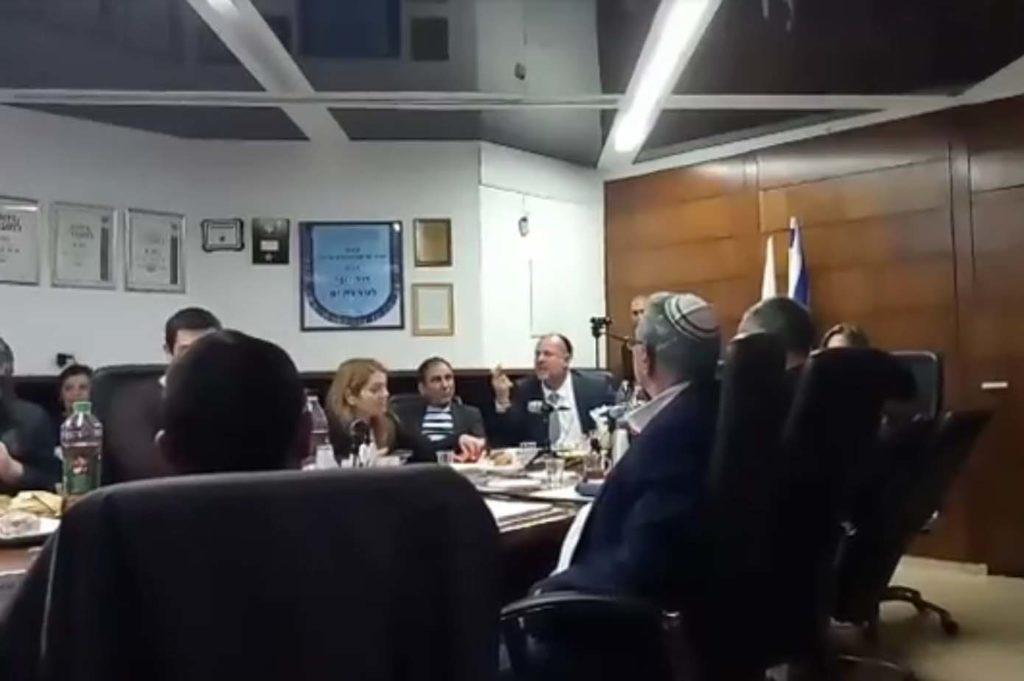 """בישיבה הזו """"איחוד תל אביב ובת ים"""" הוא שם של בגידה. אווירה של פטריוטיות בריונית במועצה."""